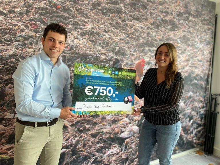 Uitreiking cheque aand Plastic Soup Foundation